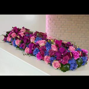 Kistbedekking met paars roze en blauwe bloemen