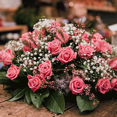 Roze rouwstuk met gipskruid gemaakt door Bloemenweelde