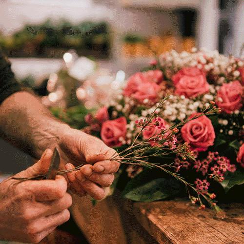 Roze rouwstuk met gipskruid gemaakt door vakman van Bloemenweelde