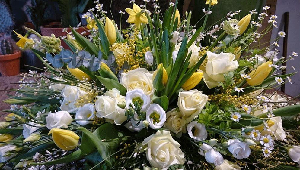 wit geel rouwstuk gemaakt door Bloemenweelde Amsterdam