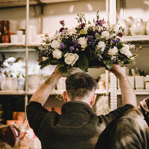 Paars-wit rouwstuk gemaakt door Bloemenweelde
