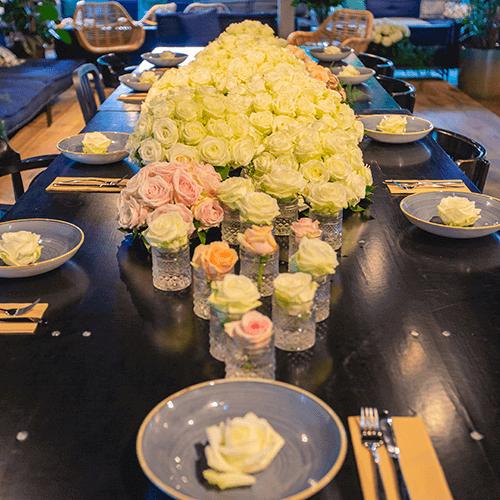 Tafeldecoratie diverse rozen Bloemenweelde Kanteen