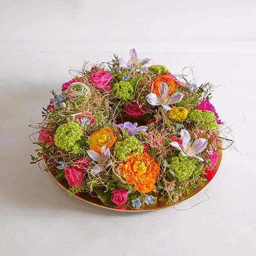 Een schaal met voorjaarsbloemen