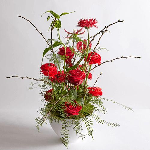 Bloemstuk met rode bloemen